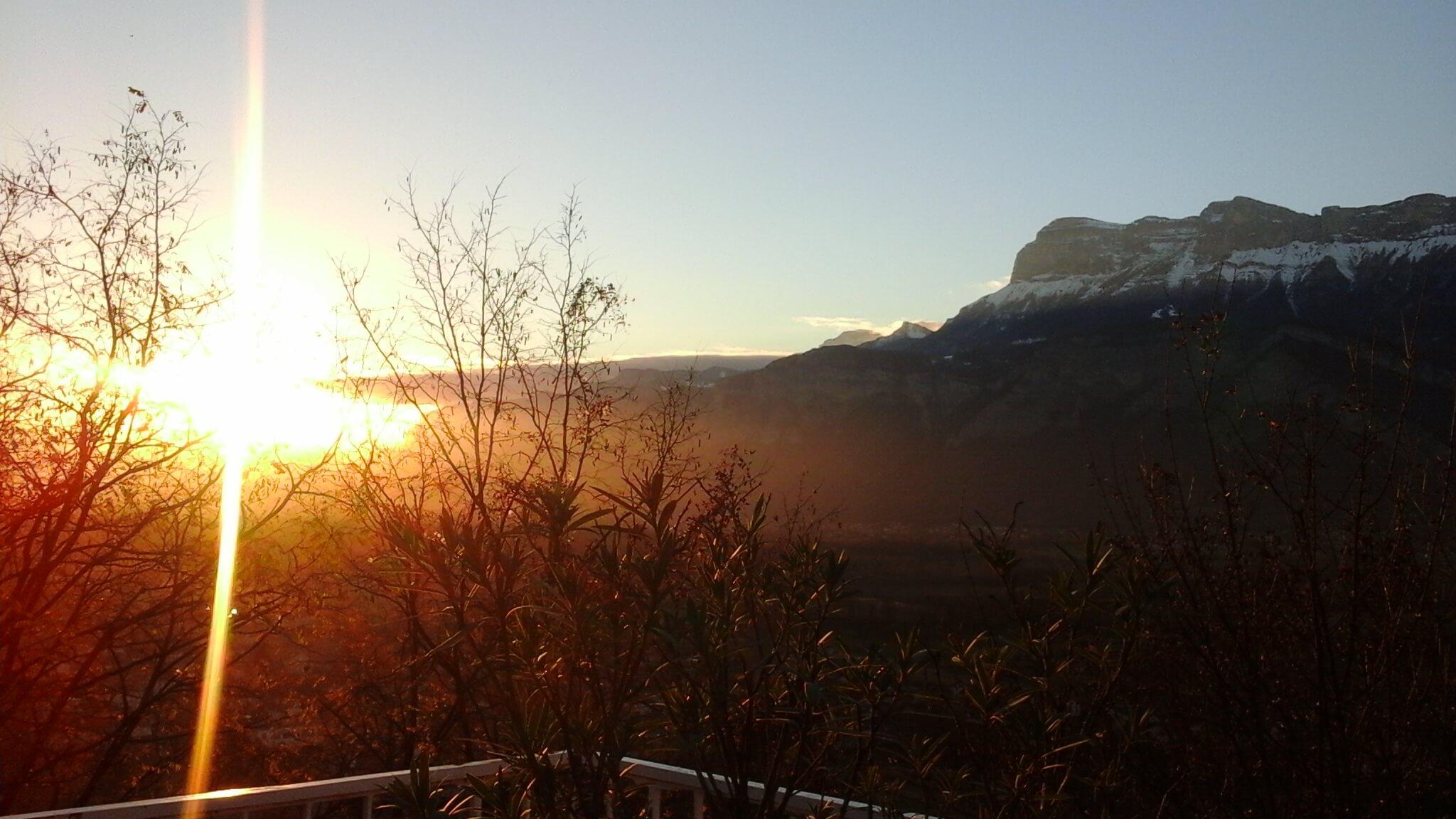 Panoramique sur la charteuse au soleil couchant, vu du restaurant.